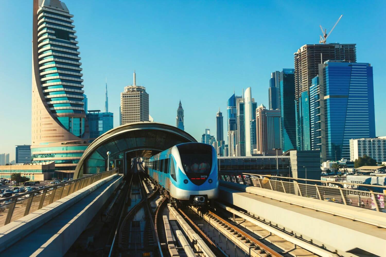 Dubai Metro traini leaving a station