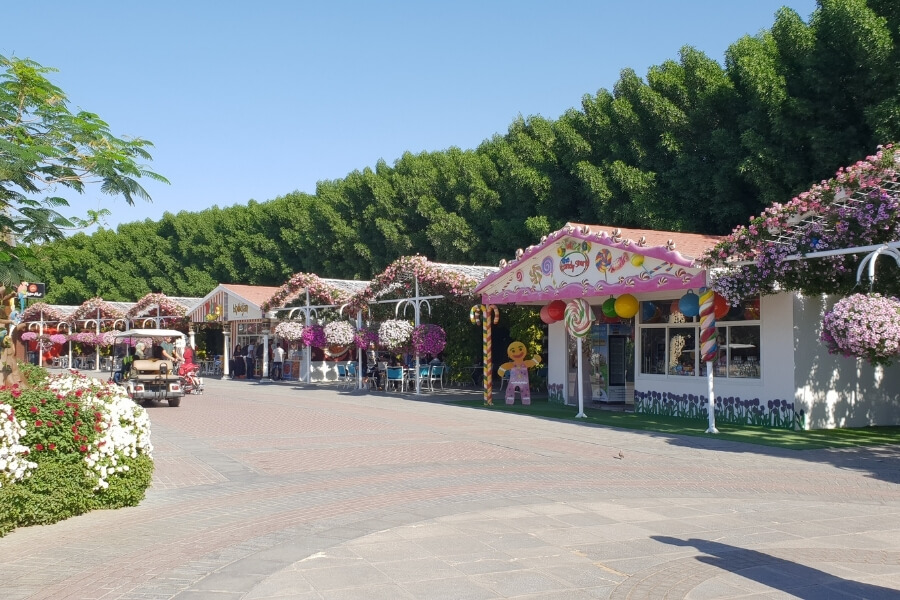 Dubai Miracle Garden - food outlets and shops
